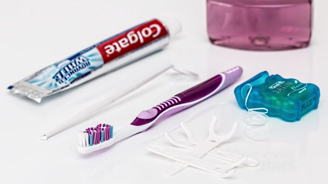 Jak używać nić dentystyczną?