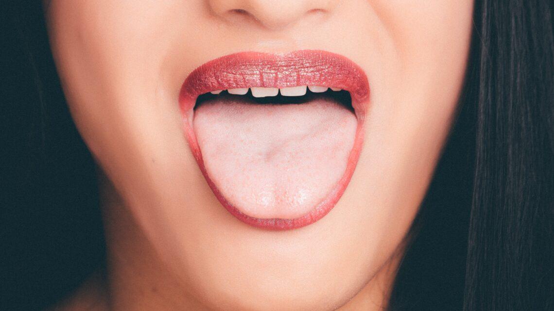 Biały nalot na języku – czym jest i jak go leczyć?