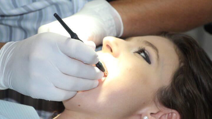 Kandydoza jamy ustnej – przyczyny oraz sposoby leczenia
